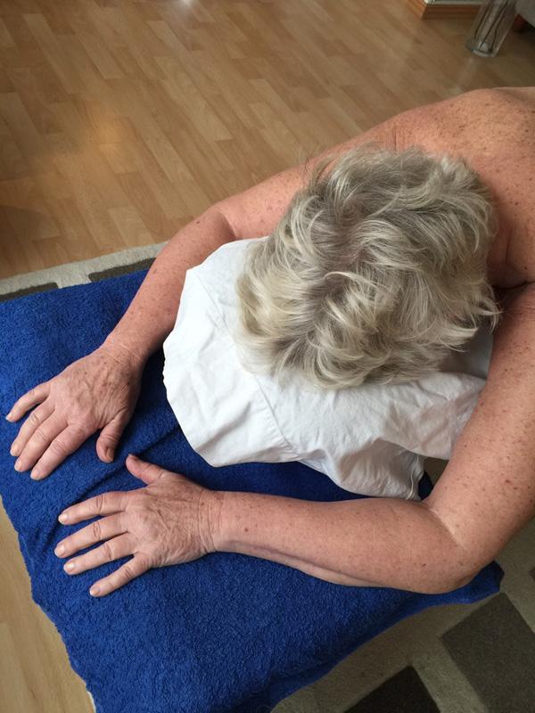 Kunden får ryggmassage.